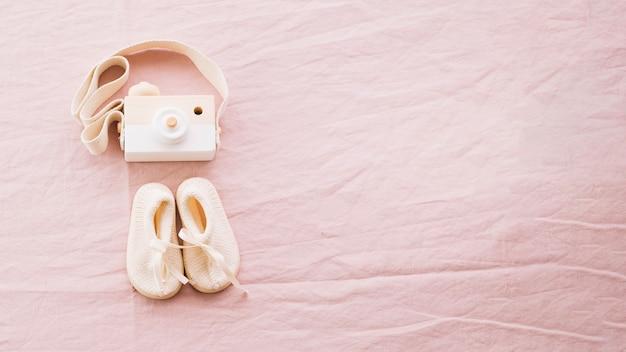 Babyschuhe und spielzeugkamera Kostenlose Fotos