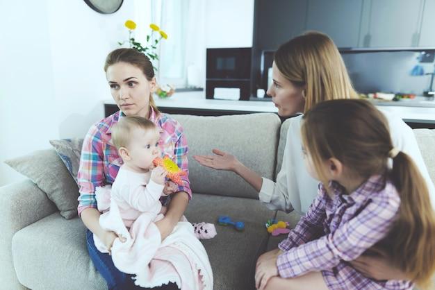Babysittergespräch mit der mutter von kindern Premium Fotos