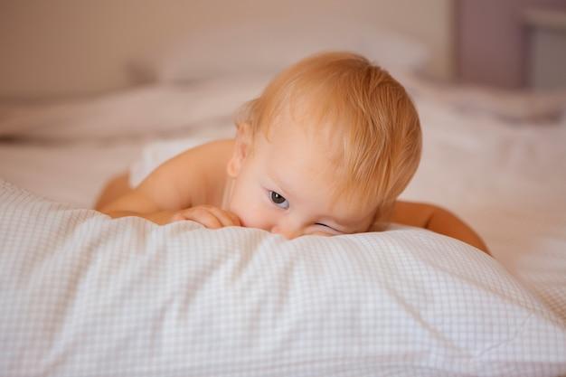 Babysitting im bett auf bettwäsche in windeln Premium Fotos