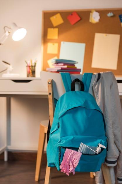 Back to school supplies arrangement in neuer normalität Kostenlose Fotos