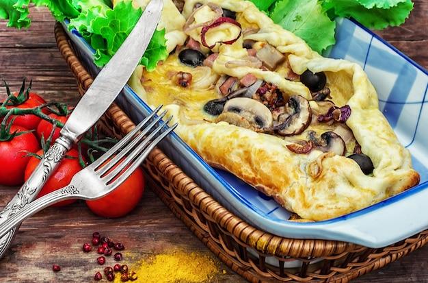 Backen mit teig mit fleisch und pilzen Premium Fotos