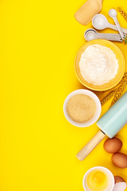 Backen oder kochen von bestandteilen auf gelbem hintergrund, flache lage Premium Fotos