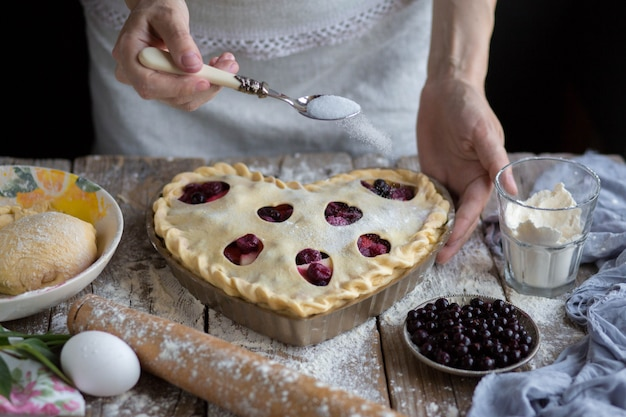 Backen sie einen obstkuchen in der form. zucker mit obstkuchen bestreut. Premium Fotos