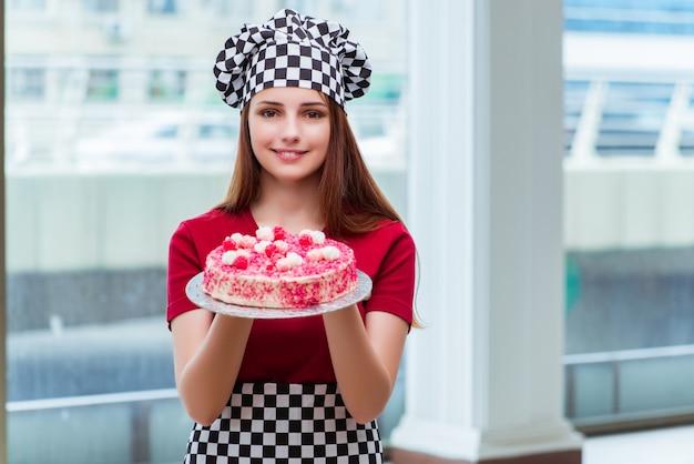 Backender kuchen der jungen hausfrau in der küche Premium Fotos