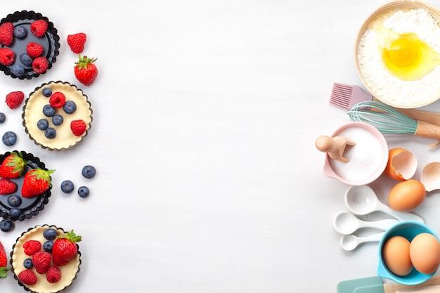 Backutensilien und kochzutaten für torten, kekse, gebäck. Premium Fotos