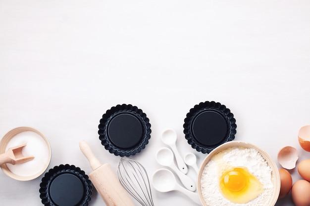 Backutensilien und kochzutaten für torten, kekse, teig und gebäck. Premium Fotos