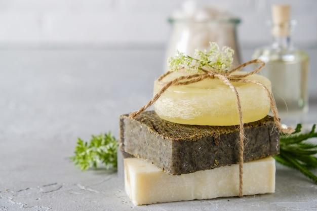 Bade- und naturkosmetikkonzept. handgemachte seifenstücke auf weißem tisch. spa und körperpflege Premium Fotos