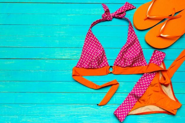 Badeanzug auf holztisch Premium Fotos