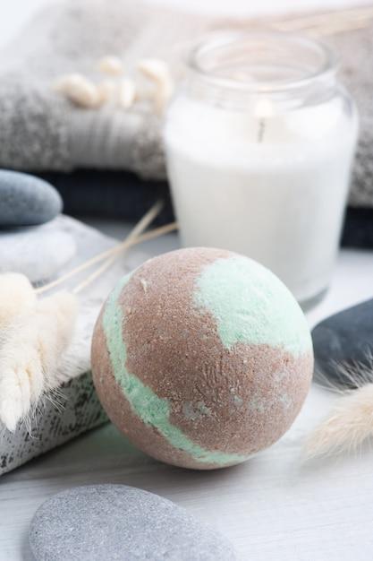 Badebomben mit brennenden kerzen und handtüchern Premium Fotos