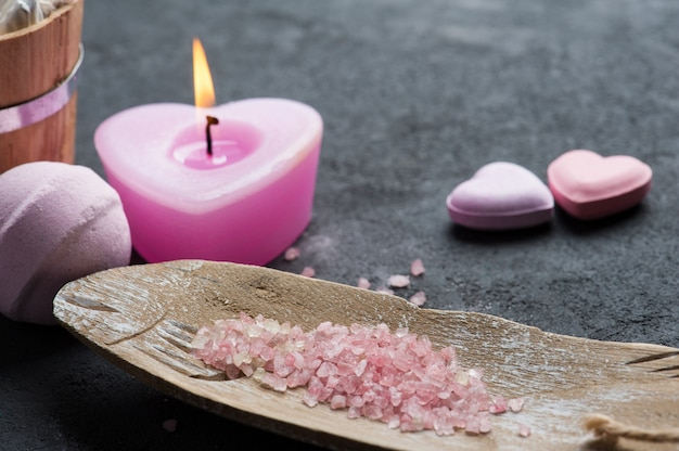 Badebombenahaufnahme mit rosa brennender kerze Premium Fotos