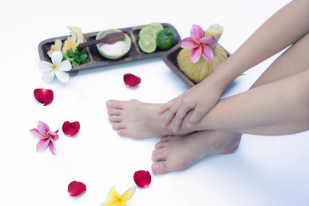 Badekur und produkt für füße badekurort mit blumen und wasser Premium Fotos
