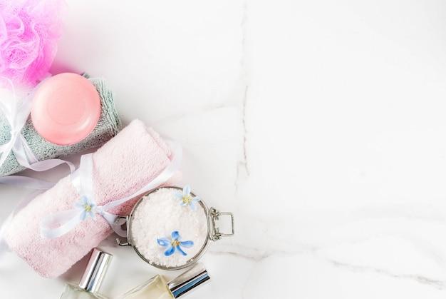 Badekurort entspannen sich und badkonzept, seesalz, seife, mit kosmetik und tüchern im badezimmer Premium Fotos