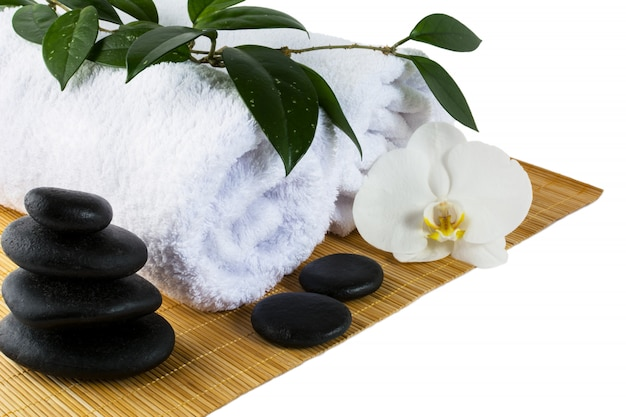 Badekurortkonzept mit den weißen orchideen- und badekurortsteinen getrennt auf weiß Premium Fotos