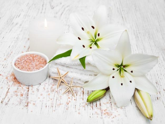 Badekurortprodukte mit weißer lilie Premium Fotos