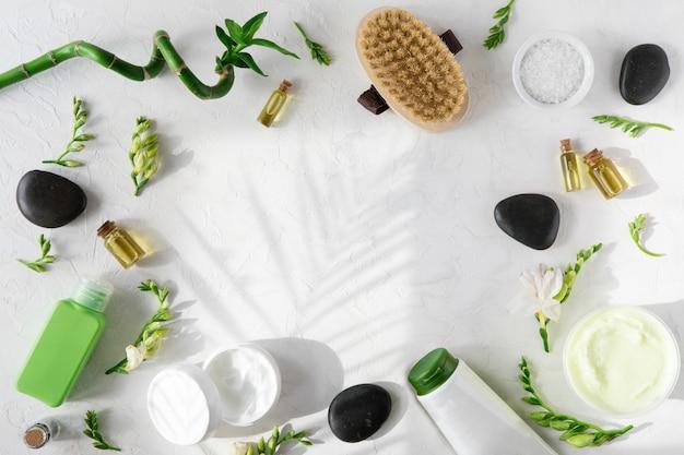 Badekurortschönheitskosmetik auf weißer marmortabelle Premium Fotos