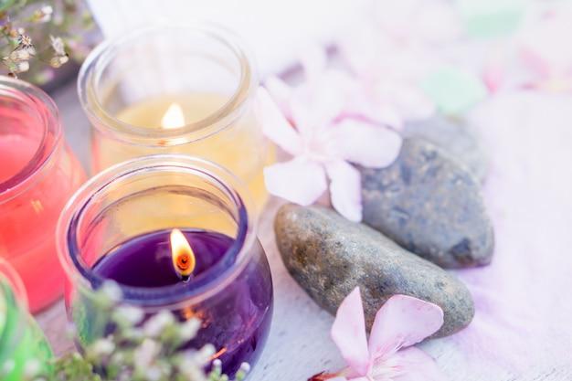 Badekurortzusammensetzung mit aromatischem kerzenlicht und orchidee flowe Premium Fotos