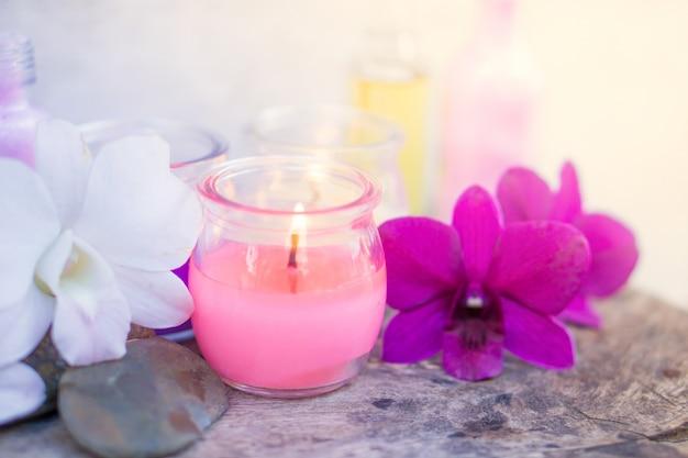 Badekurortzusammensetzung mit aromatischem rosa kerzenlicht und orchideenblume Premium Fotos