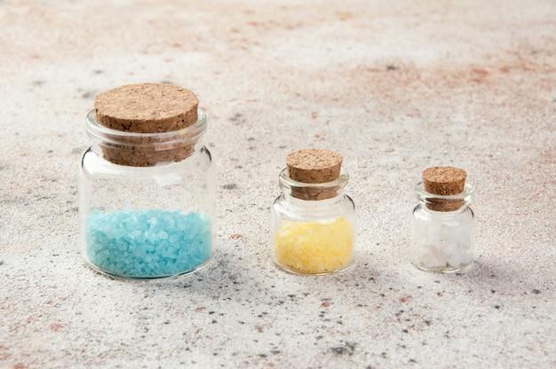 Badesalz in glasflaschen Premium Fotos