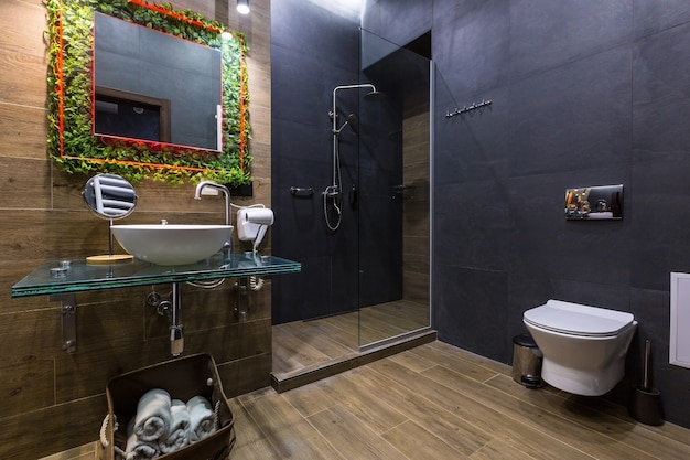 Badezimmer in dunklen farben Premium Fotos