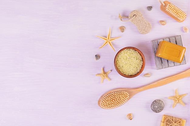 Badezimmerzubehör. spa- und beauty-produkte. konzept der natürlichen spa-kosmetik und körperpflege mit organischen bedrohungen. draufsicht Premium Fotos