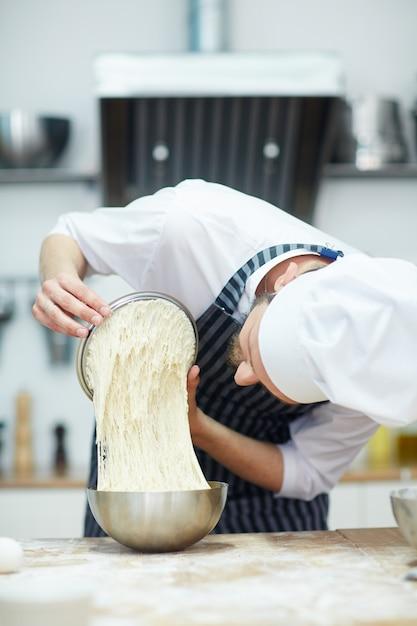 Bäcker bei der arbeit Kostenlose Fotos