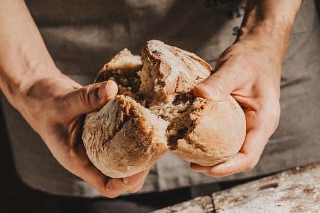 Bäcker oder chef, die frisches gemachtes brot halten Premium Fotos