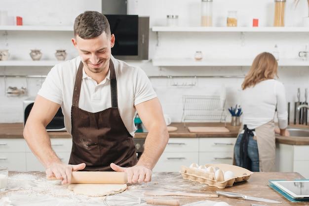 Bäckereikonzept mit paaren zu hause Kostenlose Fotos