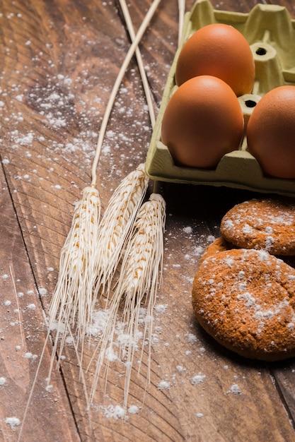 Bäckereistillleben auf hölzernem hintergrund Kostenlose Fotos