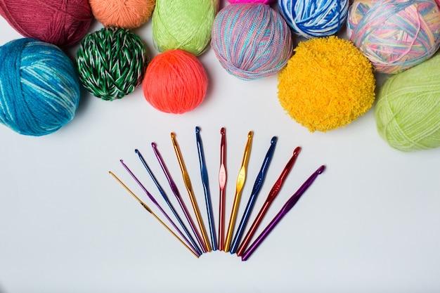 Bälle aus farbigem garn der regenbogenprobe häkeln und stricken nadeln Premium Fotos