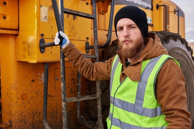 Bärtiger goldminenarbeiter, der mit lkw aufwirft Premium Fotos
