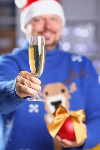 Bärtiger lächelnder mann, der warme blaue strickjacke trägt Premium Fotos