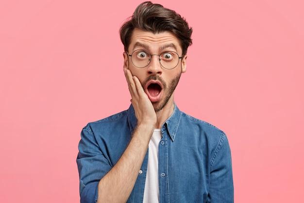 Bärtiger mann im jeanshemd und in der runden brille Kostenlose Fotos