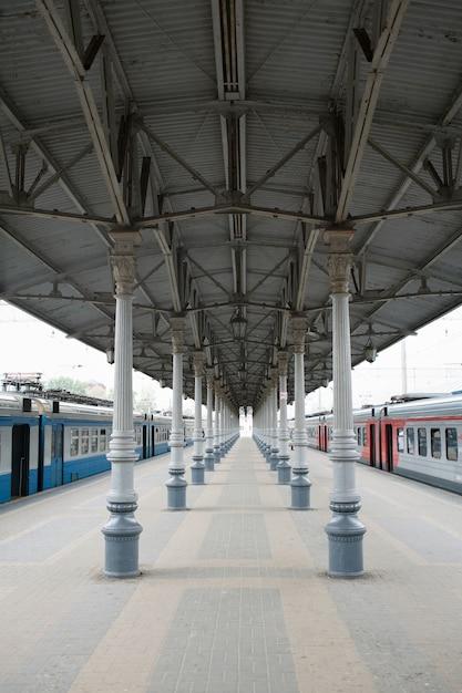Bahnstation von moskau, russland. eine punktperspektiveansicht an der leeren plattform Premium Fotos