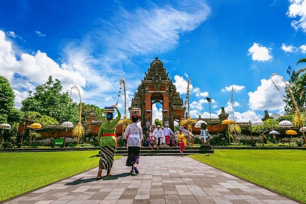 Balinesen in der traditionellen kleidung während der religiösen zeremonie am pura taman ayun tempel, bali in indonesien Kostenlose Fotos