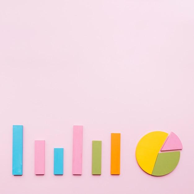 Balkendiagramm und kreisdiagramm auf rosa hintergrund Kostenlose Fotos