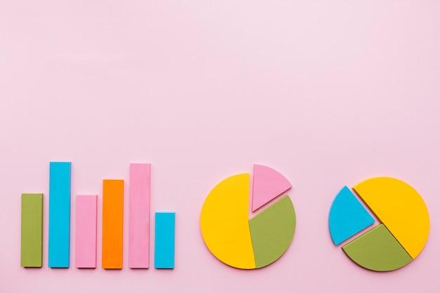 Balkendiagramm und zwei kreisdiagramm auf rosa hintergrund Kostenlose Fotos