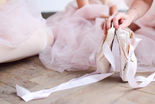 Baller tänzer hält spitzenschuhe Kostenlose Fotos