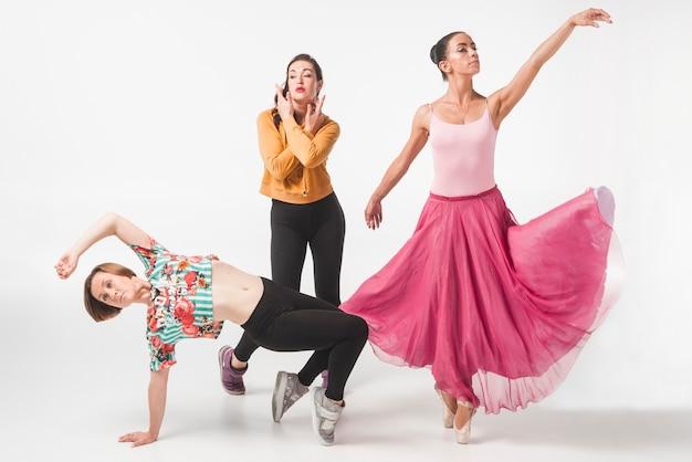 Ballerina mit tänzer zwei gegen weißen hintergrund Kostenlose Fotos