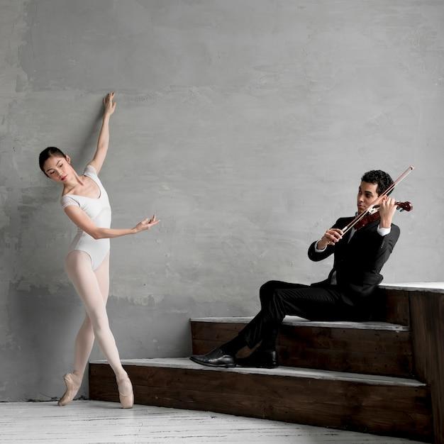 Ballerina tanzen und musiker geige spielen Kostenlose Fotos