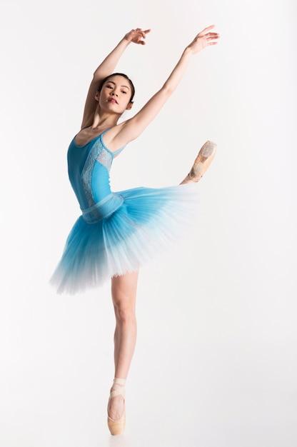 Ballerina tanzt im tutu-kleid Kostenlose Fotos