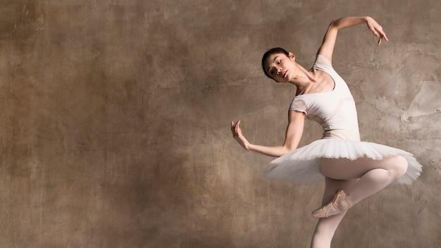 Ballerina trägt ein tutu, das mit kopienraum tanzt Kostenlose Fotos