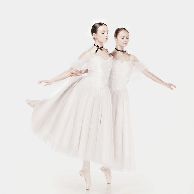 Ballerinas posieren im romantischen kleid Kostenlose Fotos