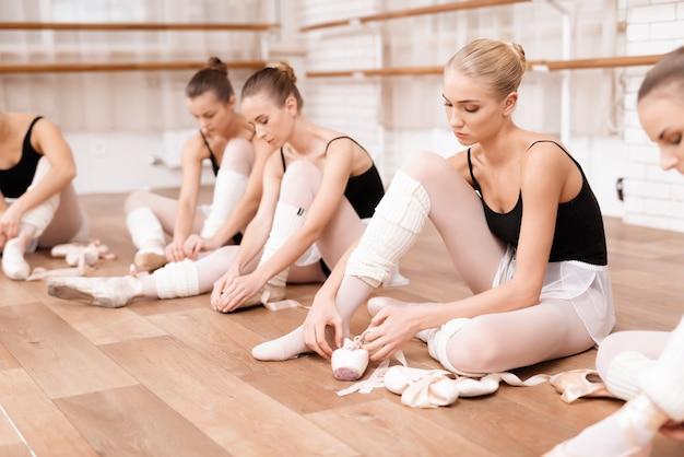 Balletttänzer der jungen mädchen proben in der ballettklasse. Premium Fotos