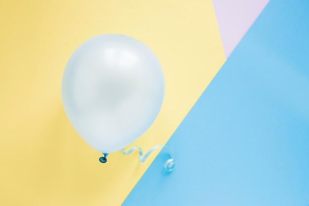 Ballon auf buntem hintergrund Kostenlose Fotos