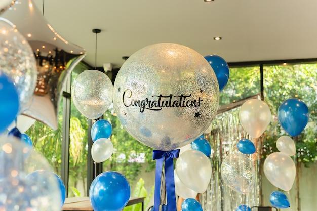 Ballone mit wort glückwunsch zur ballondekoration im restaurant. Premium Fotos