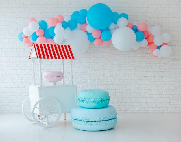 Ballone und eiswagen auf weißer backsteinmauer Premium Fotos