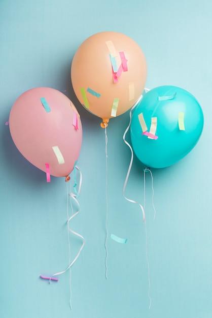 Ballone und konfettis auf blauem hintergrund mit kopienraum Kostenlose Fotos