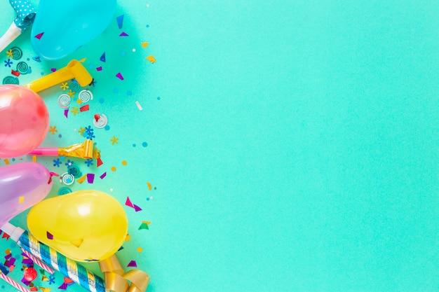 Ballone und verschiedene partydekorationen mit exemplarplatz Premium Fotos