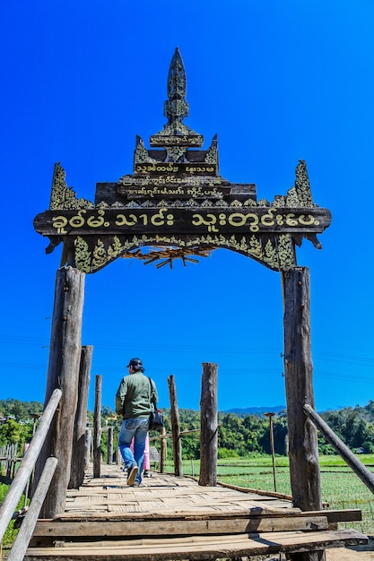 Bambusbrücke sutongpe-brücke. die längste holzbrücke, mae hong son, thailand Premium Fotos
