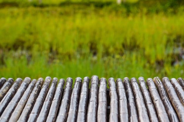 Bambustisch für produktmontagen Premium Fotos